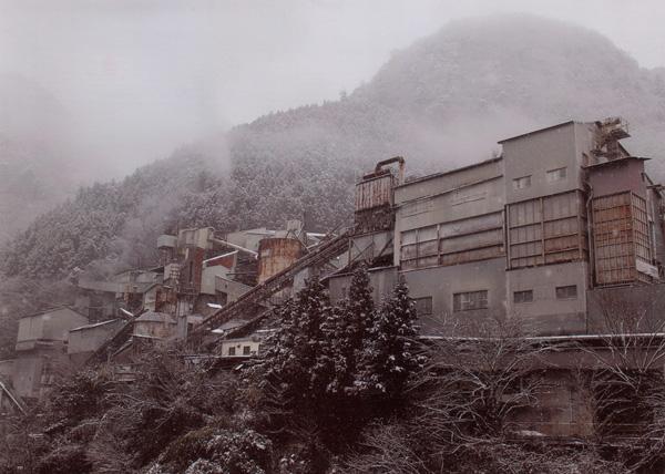 けぶる工場