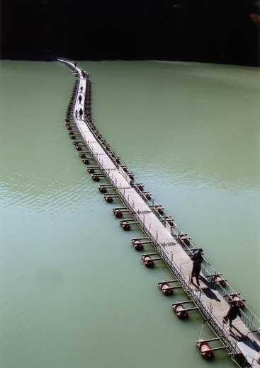 秋の奥多摩湖ドラム缶橋