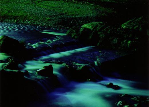 幻想的な深夜の渓谷