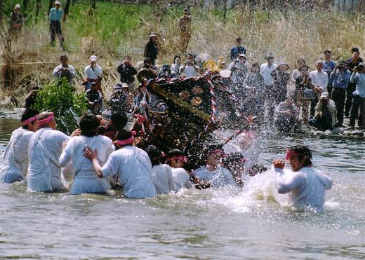 多摩川を渡る御輿